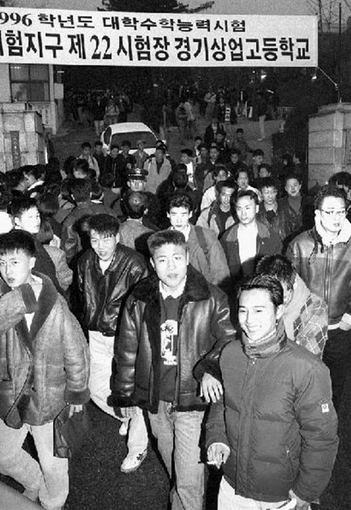 Chẳng phải bây giờ, sĩ tử Hàn Quốc của thập niên 90 đã phát sốt với kỳ thi Đại học như thế này đây - Ảnh 2.