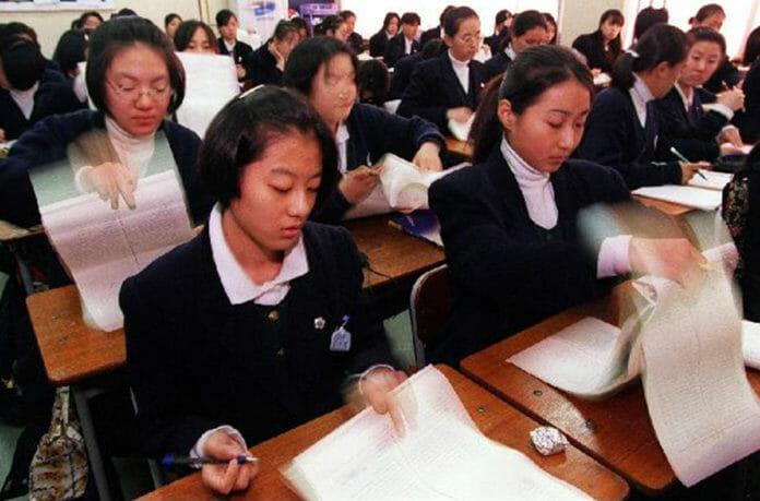 Chẳng phải bây giờ, sĩ tử Hàn Quốc của thập niên 90 đã phát sốt với kỳ thi Đại học như thế này đây - Ảnh 12.
