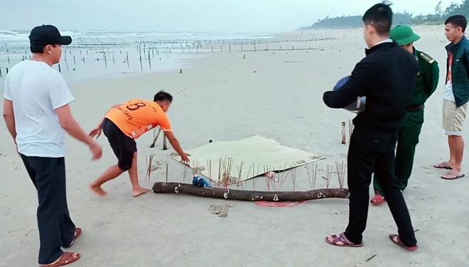 Thông tin về thi thể không đầu, mặc áo ghi chữ nước ngoài dạt vào bờ biển Quảng Nam - Ảnh 1.