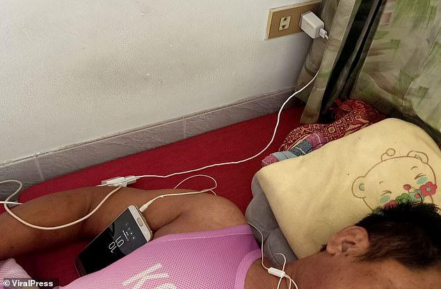 Bị điện giật tử vong vì xem bóng đá trên điện thoại đang sạc - Ảnh 1.