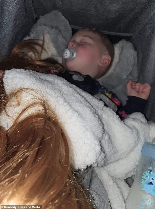 """Tặng con đầu búp bê để con sợ mà bỏ thói quen cầm tóc mẹ trong tay khi ngủ, ai ngờ, con lại thích đến nỗi dù khi ăn, ngủ, hay đi mua sắm đều """"tha"""" đầu búp bê theo - Ảnh 5."""