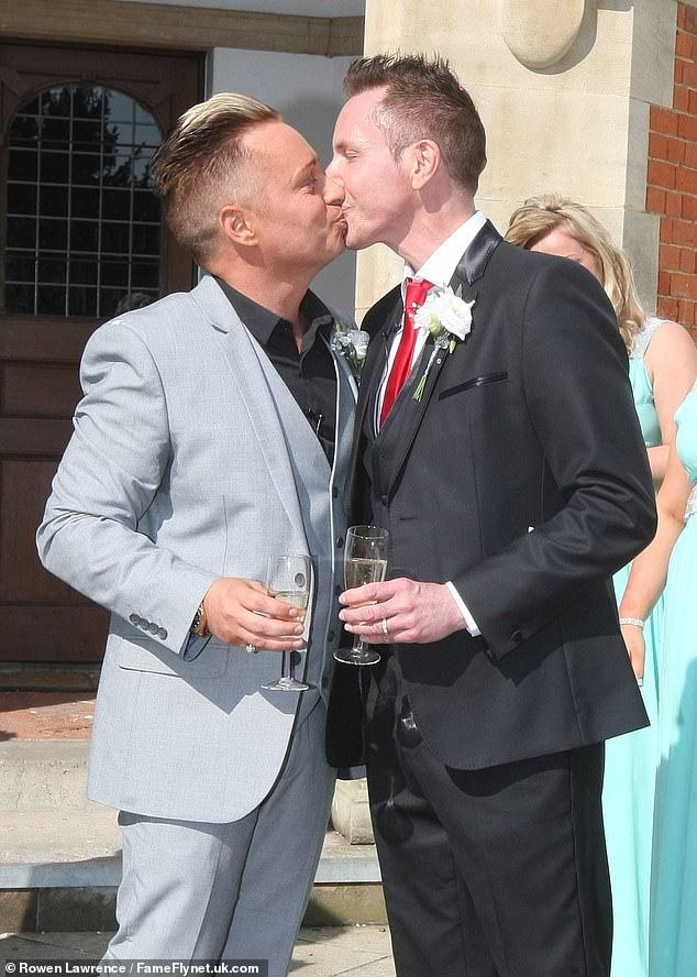 """""""Ông bố đồng tính đầu tiên của nước Anh"""" kết thúc cuộc hôn nhân 32 năm với chồng để cưới... bạn trai của con gái - Ảnh 2."""