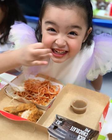 """Con gái """"mỹ nhân đẹp nhất Philippines"""" Marian Rivera ngộ nghĩnh đáng yêu trong tiệc sinh nhật sớm - Ảnh 2."""