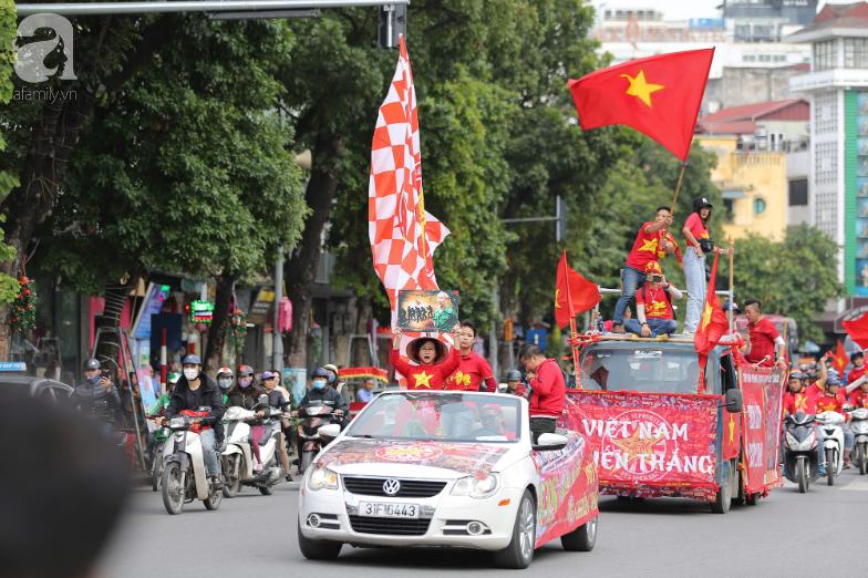 """Trận thư hùng Việt Nam - Thái Lan: Derby của khu vực Đông Nam Á, phố phường Hà Nội """"rực đỏ"""" trước trận đấu - Ảnh 1."""
