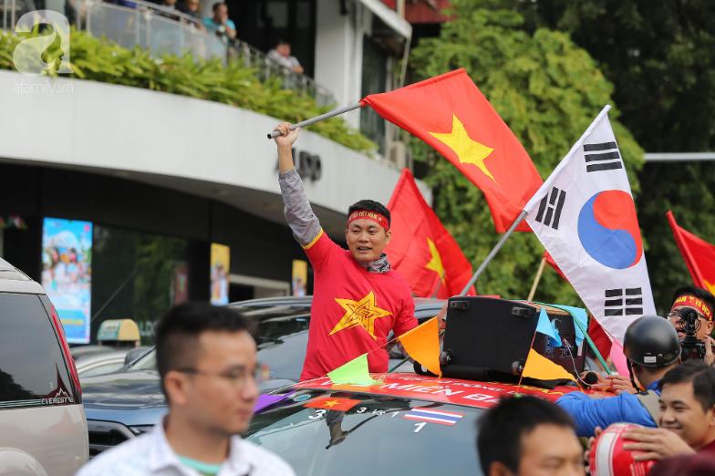 """Trận thư hùng Việt Nam - Thái Lan: Derby của khu vực Đông Nam Á, phố phường Hà Nội """"rực đỏ"""" trước trận đấu - Ảnh 4."""
