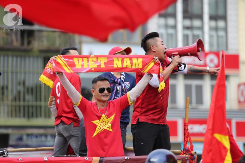 """Trận thư hùng Việt Nam - Thái Lan: Derby của khu vực Đông Nam Á, phố phường Hà Nội """"rực đỏ"""" trước trận đấu - Ảnh 6."""