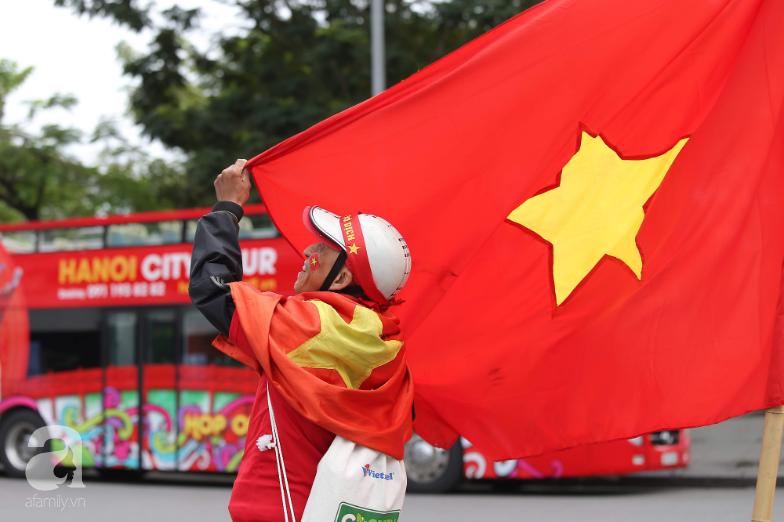 """Trận thư hùng Việt Nam - Thái Lan: Derby của khu vực Đông Nam Á, phố phường Hà Nội """"rực đỏ"""" trước trận đấu - Ảnh 7."""