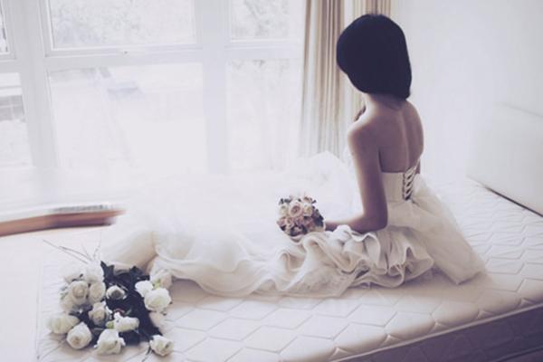 Chị gái tôi nhốt mình 1 ngày 1 đêm trong phòng riêng, đến khi chúng tôi phá cửa xông vào thì chết lặng nhìn chị mặc váy cưới làm cô dâu - Ảnh 1.