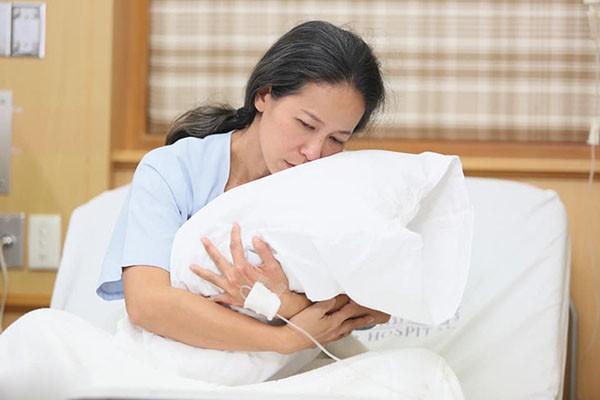 Ngày ngày nhìn vợ ngây dại ru búp bê ngủ, pha sữa cho con bú, tôi đau xé lòng nhưng đành nhắm mắt diễn cùng cô ấy một vở kịch vô hậu - Ảnh 2.