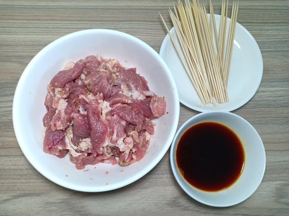 Chẳng cần bếp nướng bạn cũng có thể làm món thịt xiên nướng kiểu Nhật đậm đà thơm ngon - Ảnh 3.