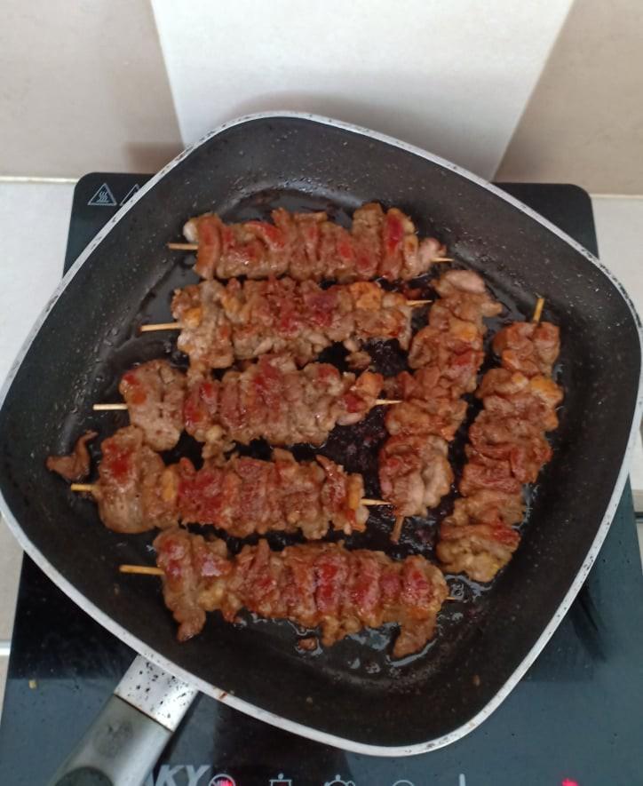 Chẳng cần bếp nướng bạn cũng có thể làm món thịt xiên nướng kiểu Nhật đậm đà thơm ngon - Ảnh 7.
