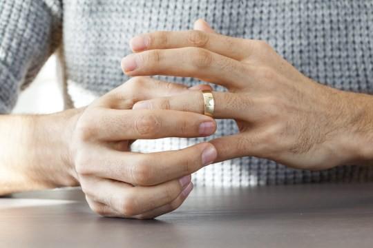 Vợ kiện chồng 13,5 tỷ đồng vì cưới 6 năm mới biết anh ta... đồng tính - Ảnh 1.