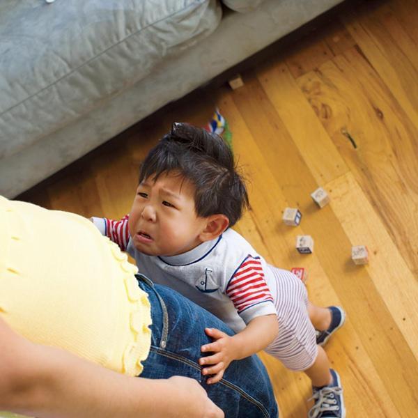 Con ngã va đầu vào bàn rồi nằm lăn ra khóc, bố chỉ nói 1 câu đơn giản mà cậu bé đỏ bừng mặt, vội vàng nín khóc thật nhanh - Ảnh 2.