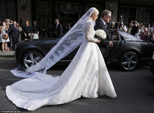 Sự cố váy cưới của Đông Nhi chưa là gì với pha diện váy tiền tỉ mà kẹt cả vào bánh xe ô tô, hay có người còn cháy váy cưới: Cô dâu cần hết sức cẩn thận  - Ảnh 8.