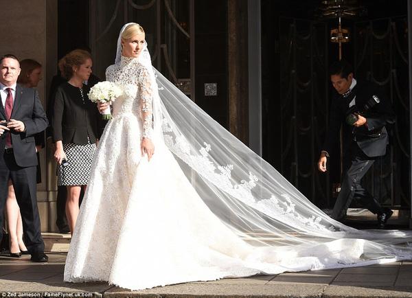 Sự cố váy cưới của Đông Nhi chưa là gì với pha diện váy tiền tỉ mà kẹt cả vào bánh xe ô tô, hay có người còn cháy váy cưới: Cô dâu cần hết sức cẩn thận  - Ảnh 7.