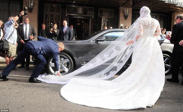 Sự cố váy cưới của Đông Nhi chưa là gì với pha diện váy tiền tỉ mà kẹt cả vào bánh xe ô tô, hay có người còn cháy váy cưới: Cô dâu cần hết sức cẩn thận  - Ảnh 9.
