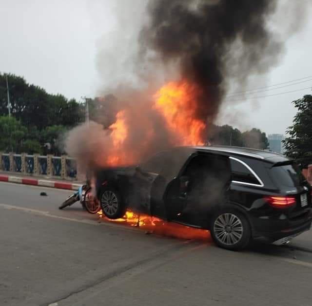 Vụ Mercedes kéo nhiều xe máy bốc cháy, 1 người tử vong: Nín thở chứng kiến giây phút CSGT bất chấp nguy hiểm lao vào đám cháy xe cứu người mắc kẹt - Ảnh 2.