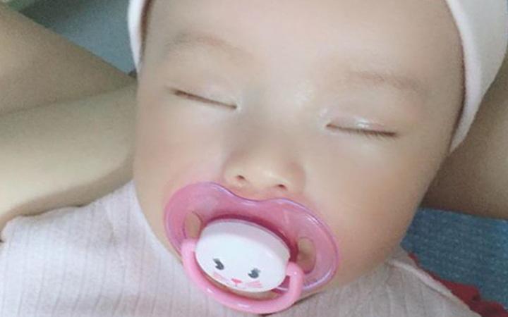 Con gắt ngủ đòi bế cả ngày lẫn đêm, mẹ Sài thành quyết tâm luyện con tự ngủ êm ru chỉ sau 3 ngày