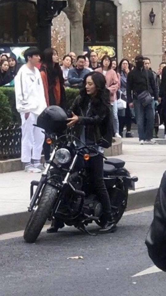 """""""Cám ơn bác sĩ"""": Dương Mịch lái xe môtô cực ngầu, cùng """"người tình"""" Bạch Vũ cứu người giữa đường - Ảnh 2."""