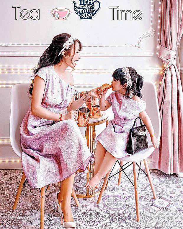 """Mina Phạm vợ hai Minh Nhựa dù thị phi nhưng vẫn có thể là lựa chọn tham khảo của nhiều mẹ khi muốn chụp ảnh đôi """"chất lừ"""" với con gái yêu  - Ảnh 1."""