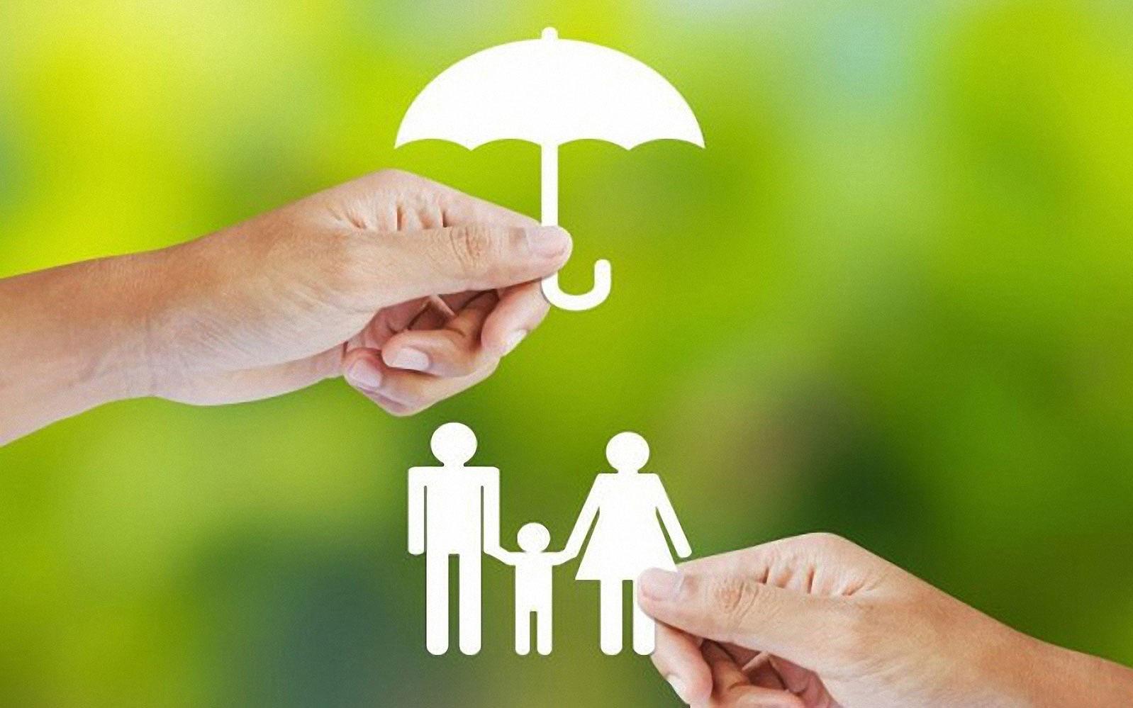 Mách bạn ưu, nhược điểm của hai thẻ bảo hiểm y tế và sức khỏe để biết chọn mua loại phù hợp với bản thân và gia đình