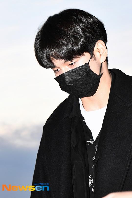Dàn sao khủng xuất hiện ở sân bay Incheon, Hàn Quốc chuẩn bị đổ bộ Việt Nam tham dự AAA 2019: Yoona buồn nhưng vẫn xinh đẹp, không khí nặng nề tràn ngập - Ảnh 13.