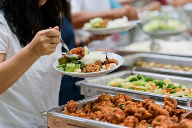 Được đi ăn buffet, cô bé thích thú lấy đồ đầy đĩa nhưng lại bỏ dở, người mẹ đã có hành động khiến mọi người vỗ tay tán thưởng - Ảnh 2.