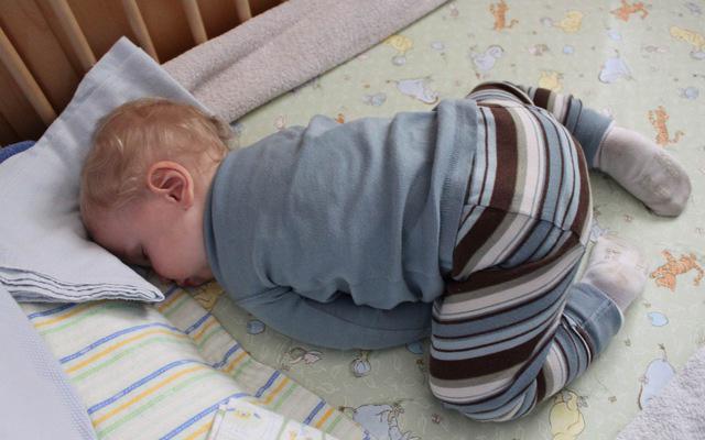 Các chuyên gia giải thích: Có nên lo lắng khi con hay tự đập đầu của mình hay không?  - Ảnh 3.