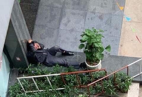 Hình ảnh người bố ngồi thất thần sau khi con gái rơi từ tầng cao chung cư tử vong thương tâm - Ảnh 2.
