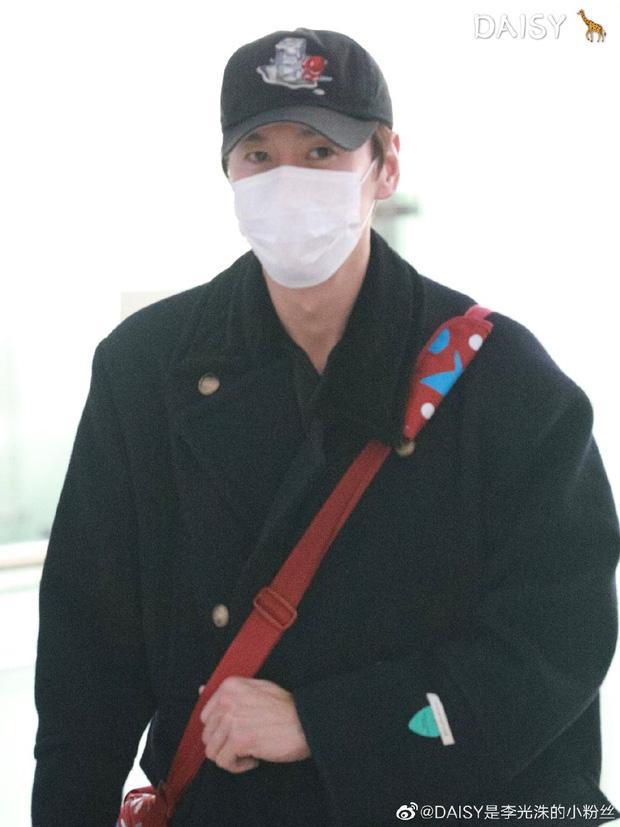 """""""Hoàng tử Châu Á"""" Lee Kwang Soo đã khởi hành sang Việt Nam, che trùm kín mít nhưng vẫn nhìn ra đặc điểm này - Ảnh 3."""
