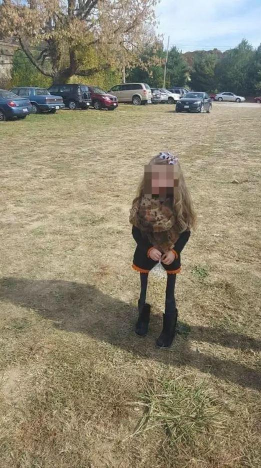 """Bức ảnh chụp bé gái trông bình thường nhưng vừa khiến dân mạng """"xoắn não"""", vừa gây rùng mình chỉ bởi duy nhất một chi tiết - Ảnh 1."""