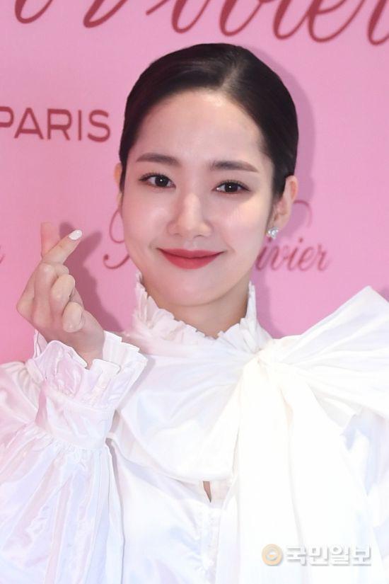 """Vừa trở về từ AAA 2019, """"tình cũ Lee Min Ho"""" Park Min Young đã kịp xuất hiện rạng ngời đọ dáng cùng """"bạn gái Kim Woo Bin"""" - Ảnh 2."""