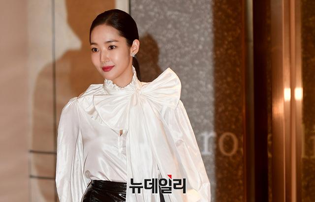 """Vừa trở về từ AAA 2019, """"tình cũ Lee Min Ho"""" Park Min Young đã kịp xuất hiện rạng ngời đọ dáng cùng """"bạn gái Kim Woo Bin"""" - Ảnh 5."""