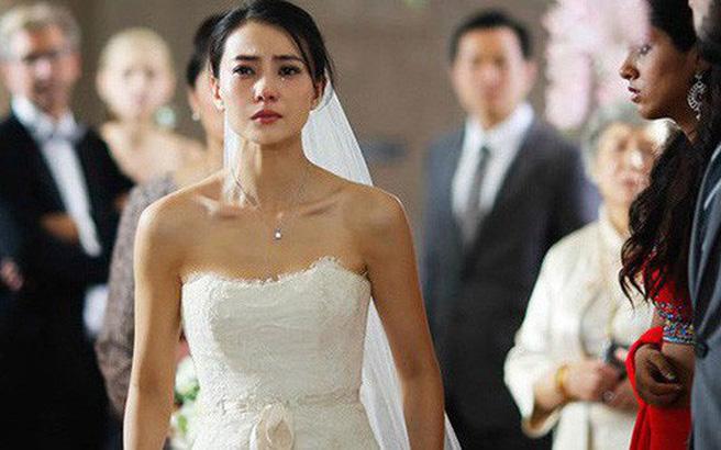 Đang chụp ảnh cưới thì có tin nhắn đến, vừa đọc xong, tim tôi đập loạn nhịp và bỏ chạy khỏi tiệm ảnh