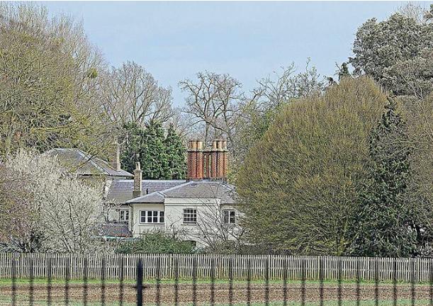 """Meghan Markle chi hơn 350 triệu đồng làm thêm hàng rào thứ ba quanh dinh thự gây ra tranh cãi trong khi chị dâu Kate lại có hành động """"cao tay"""" này - Ảnh 1."""