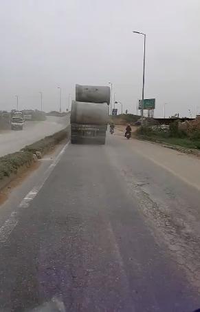Clip: Hãi hùng nhìn xe tải chở những cột bê tông to khổng lồ di chuyển trên đường khiến các phương tiện đi sau khiếp đảm - Ảnh 2.