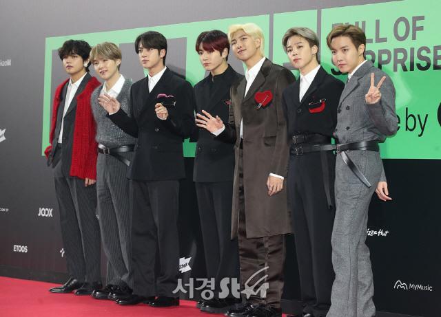 """Thảm đỏ """"rình rang"""" nhất làng giải trí Hàn Quốc hôm nay: Loạt nữ thần Kpop thế hệ mới đọ sắc nhưng nhân vật được mong chờ nhất lại là các anh chàng này - Ảnh 6."""