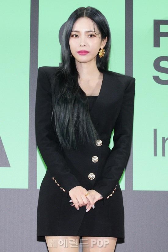"""Thảm đỏ """"rình rang"""" nhất làng giải trí Hàn Quốc hôm nay: Loạt nữ thần Kpop thế hệ mới đọ sắc nhưng nhân vật được mong chờ nhất lại là các chàng trai này - Ảnh 4."""