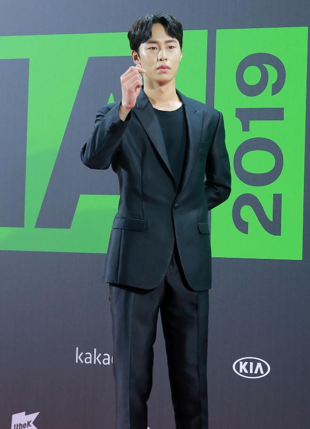 """Thảm đỏ """"rình rang"""" nhất làng giải trí Hàn Quốc hôm nay: Loạt nữ thần Kpop thế hệ mới đọ sắc nhưng nhân vật được mong chờ nhất lại là các chàng trai này - Ảnh 5."""
