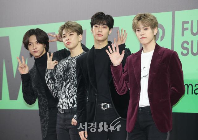 """Thảm đỏ """"rình rang"""" nhất làng giải trí Hàn Quốc hôm nay: Loạt nữ thần Kpop thế hệ mới đọ sắc nhưng nhân vật được mong chờ nhất lại là các anh chàng này - Ảnh 8."""