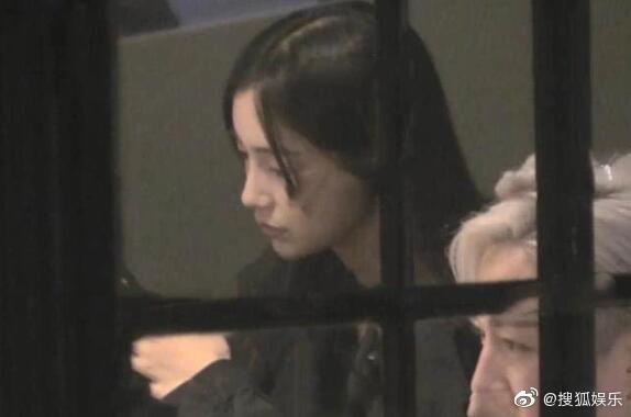 Giữa tin đồn ly hôn Huỳnh Hiểu Minh, Angelababy bị chỉ trích vì hút thuốc lá trong phòng kín - Ảnh 2.