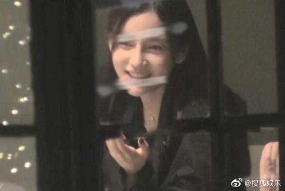 Giữa tin đồn ly hôn Huỳnh Hiểu Minh, Angelababy bị chỉ trích vì hút thuốc lá trong phòng kín - Ảnh 3.