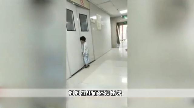 Gục mặt vào cánh cửa phòng sanh ở bệnh viện để nói với mẹ những lời này, cậu bé 6 tuổi khiến hàng triệu người xúc động - Ảnh 1.