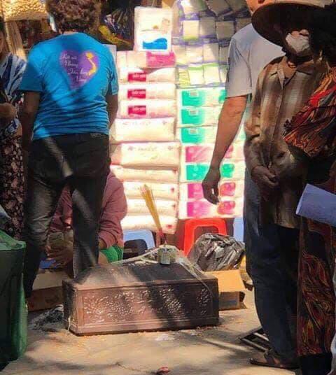 Hà Nội: Người dân bàng hoàng phát hiện thi thể trẻ sơ sinh trong thùng rác - Ảnh 2.