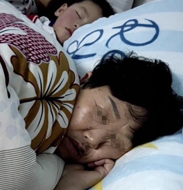 """""""Mẹ ơi, trên người bà có mùi gì lạ lắm"""" - câu nói tưởng bâng quơ của trẻ nhưng sau khi biết nguyên do, bà mẹ lập tức cho con ngủ riêng với bà nội - Ảnh 1."""