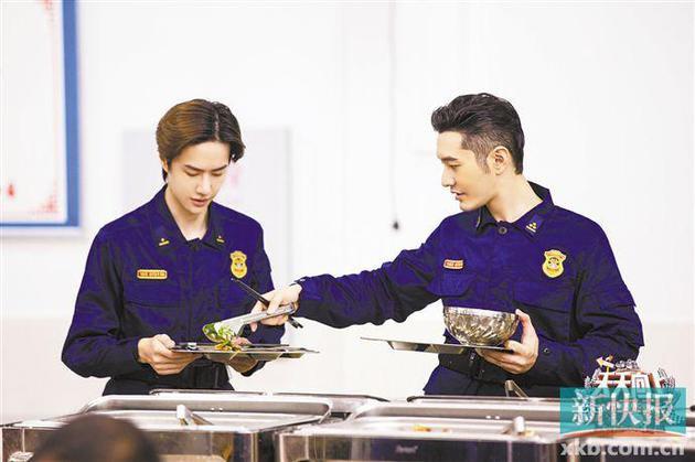 Vương Nhất Bác cười ngượng ngùng khi được đàn anh Huỳnh Hiểu Minh khen nức nở - Ảnh 3.