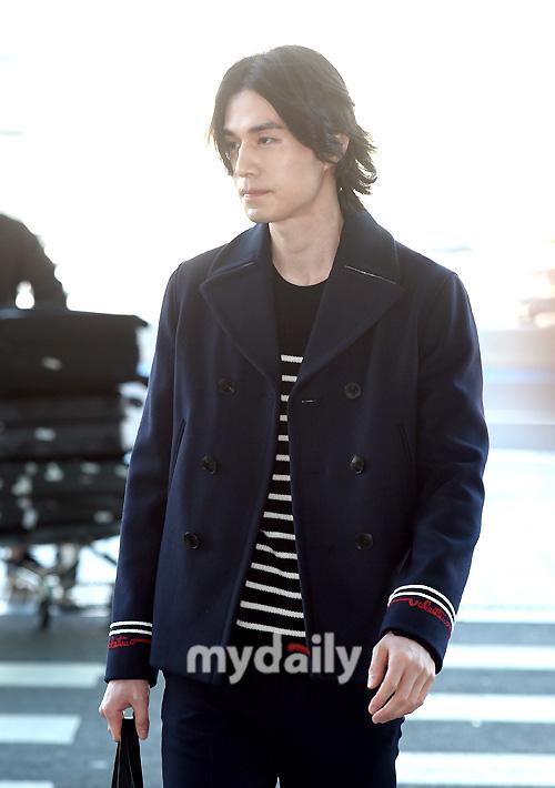 """Vẫn trung thành với kiểu tóc bà thím, """"Thần chết"""" Lee Dong Wook đẹp hút hồn tại sân bay như lãng tử trong truyện cổ - Ảnh 5."""