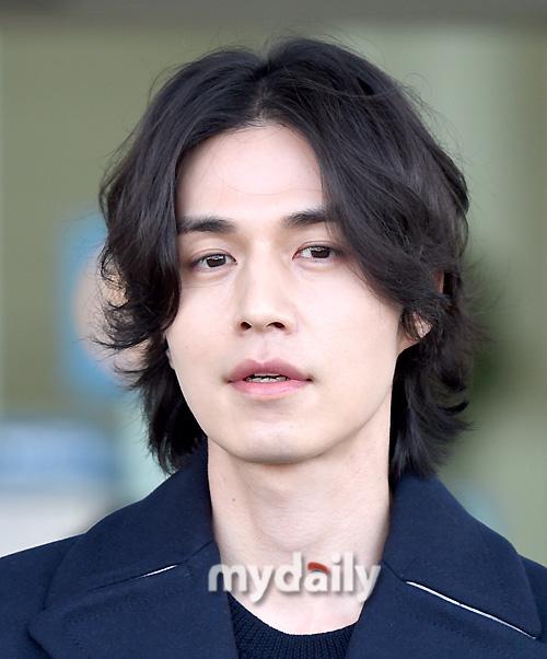 """Vẫn trung thành với kiểu tóc bà thím, """"Thần chết"""" Lee Dong Wook đẹp hút hồn tại sân bay như lãng tử trong truyện cổ - Ảnh 9."""