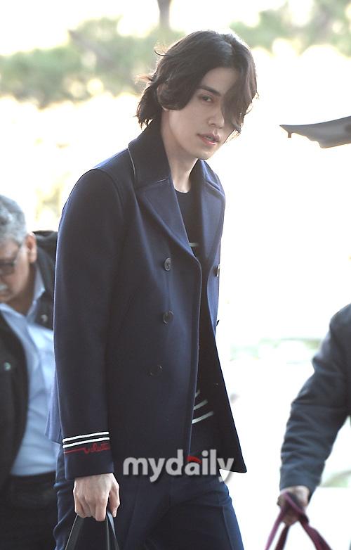 """Vẫn trung thành với kiểu tóc bà thím, """"Thần chết"""" Lee Dong Wook đẹp hút hồn tại sân bay như lãng tử trong truyện cổ - Ảnh 4."""