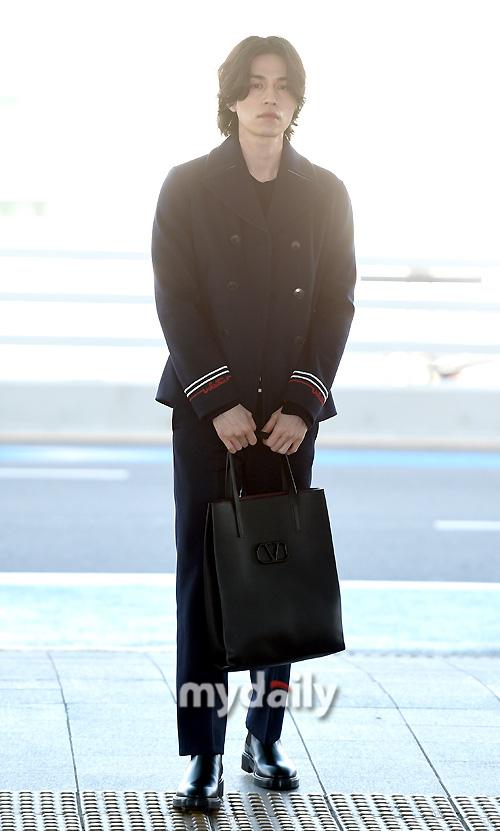 """Vẫn trung thành với kiểu tóc bà thím, """"Thần chết"""" Lee Dong Wook đẹp hút hồn tại sân bay như lãng tử trong truyện cổ - Ảnh 3."""